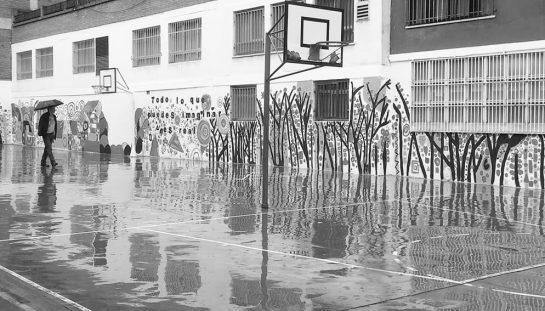 Statu quo: la cancha como patio escolar, un espacio condicionado por el uso deportivo.