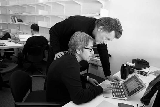 Fotografía de los arquitectos lacaton y vassal trabajando juntos en un ordenador