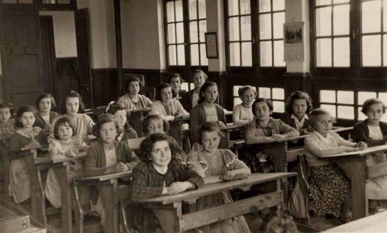 Alumnas posando en clase en antigua Escuela de Niñas en Segovia