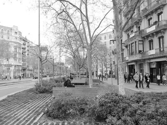 La calle y la acera, el salón de la ciudad