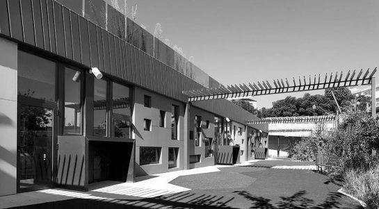 Patio de la escuela infantil Massarrojos, Valencia. Proyecto desarrollado por el estudio de arquitectura Murad-García, año 2018. Fuente: muradgarcia.com