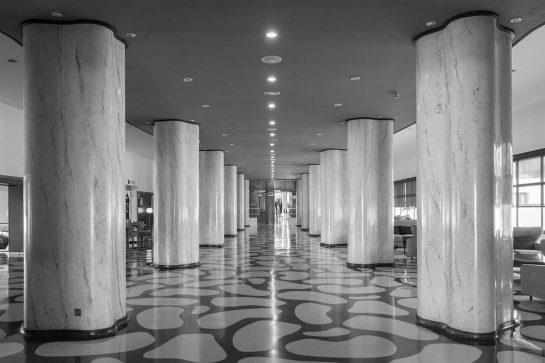 Vestíbulo de Hotel Pez Espada (Torremolinos), con sus características columnas, obra de los arquitectos Manuel Muñoz Monasterio y Juan Jáuregui Briales