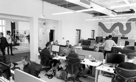 personas trabajando en oficina antes del covid