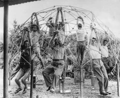 Buckminster Fuller y su clase probando la fuerza de una cúpula geodésica