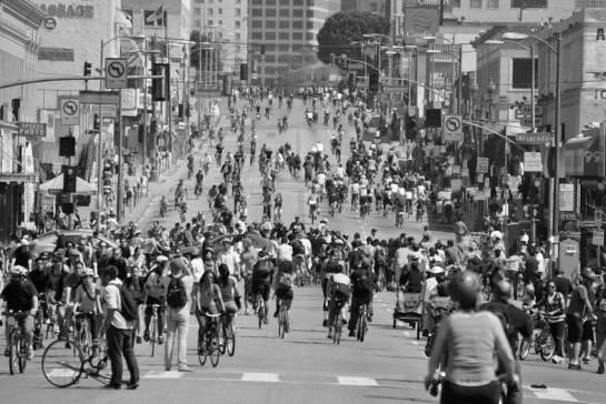 Personas montando en bicicleta en Ciclovías de Bogotá.