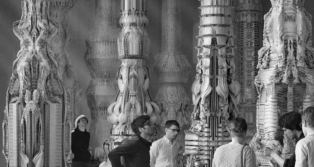Personas visitando el Pabellón Alemania la Bienal de arquitectura de Venecia para ilustrar el artículo sobre Bio Tecno Arquitectura de Arquitasa
