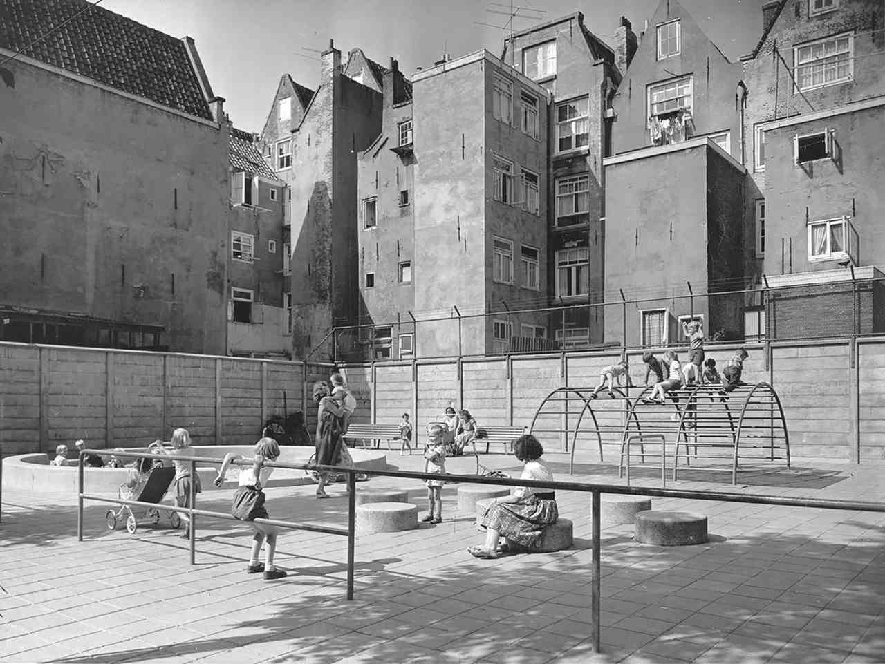 Jakoba Mulder y Aldo Van Eyck provocarón la construcción de más de 700 parques infantiles en Amnsterdam