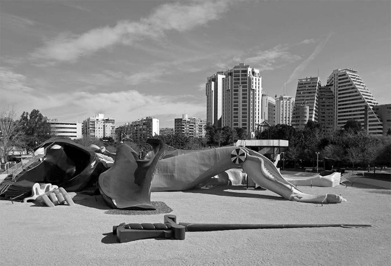 Estatua de Gulliver en los Jardines del Turia en Valencia inaugurada en diciembre de 1990, diseñada por Sento Llobel, encargada al artista fallero Manolo Martín y al arquitecto Rafael Rivera